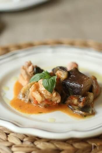 香りが優しいホワイトペッパーは、白身魚や鶏肉・卵などを使った繊細な味の料理に合います。ホワイトソースなど白い色を生かしたいときにもいいですね。こちらは、鶏肉と茄子のワイン蒸し。バジル風味のおしゃれなひと皿です。