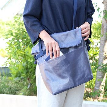ななめ掛けができるので、持ち物が多い日も両手が使えて便利。バッグ自体がとても軽いので、たくさん歩く日にもおすすめ。