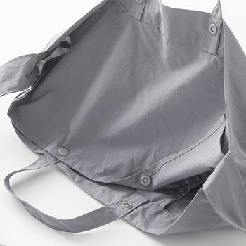 雨が中に入り込まないよう、ボタンでしっかりと留められるかぶせ布付き。中のものが見えるのを防いだり、荷物が飛び出すのを防いでくれます。