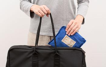 薄くて軽くかさばらない素材なので、折り畳んでコンパクトに持ち運びができます。急な雨や荷物に備えていつもバッグにしのばせておけば、なにかと安心ですね。