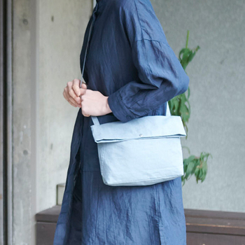 雨の日に活躍し、普段使いもしやすいバッグを作りたいという想いから開発された商品。麻のナチュラルな風合いを保ちつつ、傘規格の撥水加工が施された生地を使用。