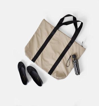 デンマーク発のレインウェアブランド「RAINS(レインズ)」の、大きめサイズのトートバッグ。