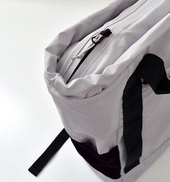 開閉は止水ファスナー仕様なので、中に入れたものが濡れてしまう心配はありません。外にも中にもポケットが豊富に付いているので収納力もバツグンです。