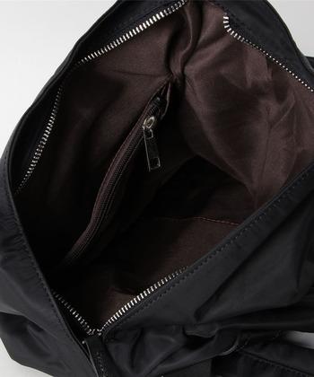 スマートなデザインでありながら、本類や上着などもしっかり収納できる頼もしい収納力を備えています。