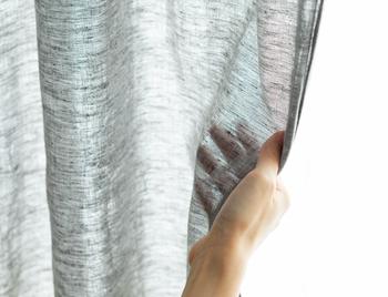 リネンやコットン、肌触りの良い天然素材をカーテンに。通気性や吸湿性に優れているので、ジメジメする夏場に最適。直射日光を遮りながらもやわらかい光を取り込んでくれるので、自然光の優しい雰囲気を楽しむことができます。明るく清々しい窓辺を演出したい方におすすめです。