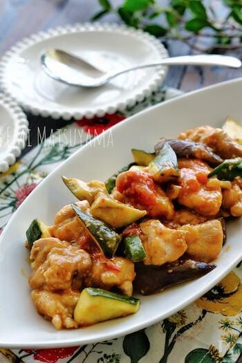なす・トマト・ズッキーニと、夏野菜をたっぷり使った炒め物です。お酢や生姜を使った中華風の味つけは、さっぱりしていて夏にぴったり。