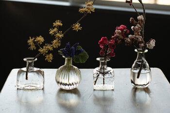 「くるみガラス一輪挿し」は、長野県東御市の海野宿にある『ガラス工房 橙(だいだい)』の吹きガラス。シンプルな形ですが、光にかざすとかすかに淡い緑色をしているのが特徴です。草花となじみがよく手づくりの温もりが感じられますね。花の種類を選びにくいのでこれから花器を集めたいという方にもおすすめ。