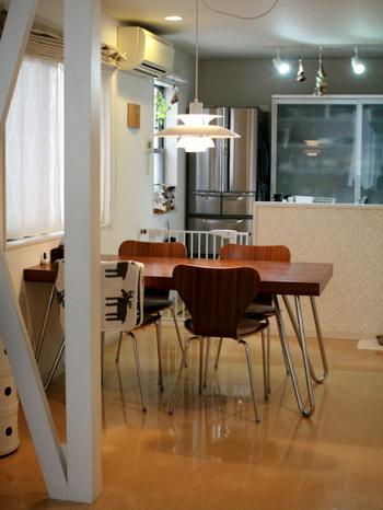 食事スペースと、くつろぎのスペースをしっかり分けて生活したいという方におすすめなのが、リビングとダイニングを家具をうまく使って区切る方法です。2つの空間がわかりやすく分けられていることで、オンオフが切り替えやすくなります。