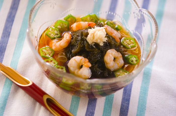 もずくと素麺を半量ずつ盛り合わせた「もずく素麺」は、食欲の出ない日にもスルスルっと食べられる一品です。エビ、オクラ、ショウガのすりおろしも加えれば、さらに食べやすくなります*