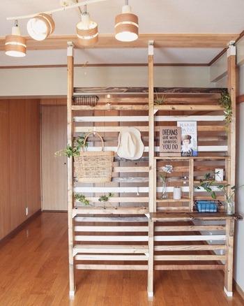 「横長LDK」は、キッチンから部屋を横に見渡せます。そのため、背の高い家具で仕切っても、家具と真正面に向き合うことがなく、圧迫感を感じにくいといえます。  収納を増やしつつ、部屋を仕切りたい方は収納家具を利用して区切るのもいいでしょう。ディアウォールで壁面収納を兼ねた間仕切りをDIYしても素敵です。