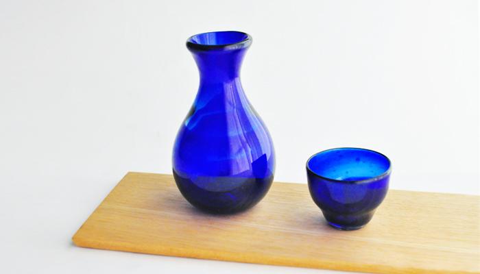 こちらは宝石のような深いブルーが美しい徳利です。ころんとした形も可愛いですね!くびれた部分が手にしっくり馴染みます。同じ色のぐいのみと合わせると、お酒がより美味しく飲めそう。