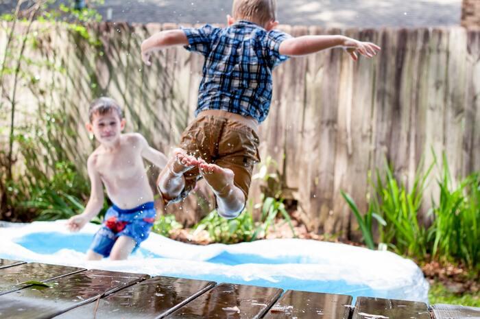 やっぱり真夏の楽しみといえば、おうちで入れるビニールプール。今年の夏は大きいプールの施設や海水浴を控えるファミリーもいるのでは。その代わりにおうちで存分に楽しめるといいですね。かならず日除けをしてから遊ばせましょう。もし、庭やベランダで遊べないという場合は、お風呂に水を溜めてプール代わりにしても◎。ビニールプールに比べて深いので、腕につける浮き輪(アームヘルパー)を付けると幼児ならバタ足ができたりします。目を離さないで遊ばせましょう。