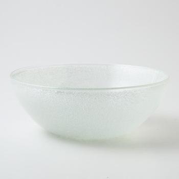小さな気泡がたくさん入ったガラスボウルです。水中にできる泡のような見た目は、琉球ガラスの良さのひとつ。サラダボウルにすると、爽やかな白に野菜の色がよく映えます。