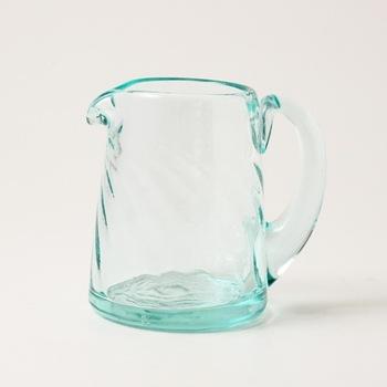 こちらは直径6.5cm×高さ11.5cmの小ぶりな水差し。一人暮らしの方にもおすすめですよ。透明感のある見た目で、どんな飲み物を入れても合いそう。
