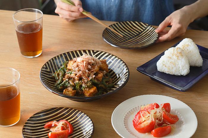 手描きの線が温かみを感じるお皿。横線と縦線が色々な方向に描かれていて、デザインのバリエーションは4種類あります。シックな色合いでどんな料理にも合いそうですね。