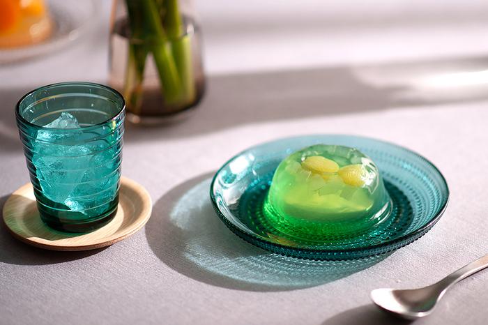 取り皿にデザート皿に...使い勝手が良いサイズ感が嬉しいイッタラのカステルミプレート。つぶつぶ模様がキュートなガラス製はとても涼しげで、光が当たった時の影も美しい。夏は冷やしたフルーツを乗せるのもおすすめです。