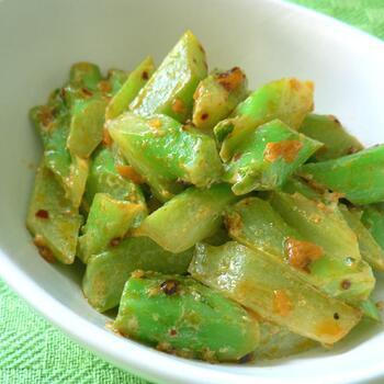 マヨネーズとラー油で炒めた副菜は、おかずにもお酒のつまみにもよく合いそうです。 茎のポリポリとした食感を活かすために、下ゆでは短めにするのがポイントです。房と茎を別の料理に活用できるのも、ブロッコリーの特徴のひとつですね。