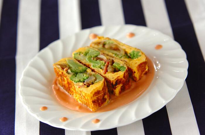 マンネリしがちな卵焼きに、ブロッコリーを加えて食べごたえがある一品。 ブロッコリーのかわいらしい形ときれいなグリーンで、お弁当が一気に華やぎます。マヨネーズ×ケチャップ×ヨーグルトのピンクのソースは、やみつきの味わい◎