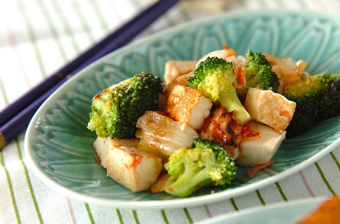 ブロッコリー・白ねぎなどを塩で味付けしたシンプルな炒め物レシピ。豆腐を加えることで食べ応えがあり、満足感のある一品に。カロリーは134Kcalと低カロリーなので、ダイエット中の人にもおすすめ!干し桜エビを炒め合わせて、香ばしく仕上げています。