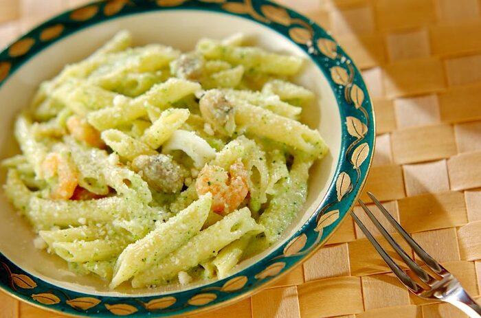 食卓が華やぐブロッコリーを使ったペンネのレシピ。バターやチキンスープの素など身近な調味料で作れるため、特別感を出したいイベント時の料理やランチ用としてもおすすめです。具材をシンプルにするのが、ブロッコリーの緑を引き立てる秘訣です。