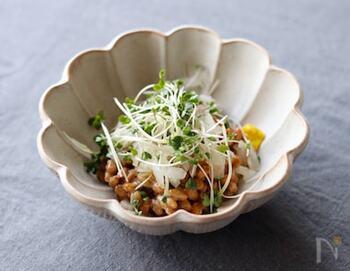 納豆と玉ねぎの組み合わせに、ブロッコリーのスプラウトを添えるだけで、彩りと栄養価がアップ。かいわれ大根より辛みが少ないため、子どもでも美味しくいただけます。