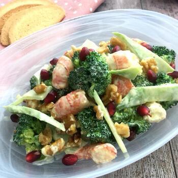 レンジを使って時短で作れるサラダのレシピ。エビとくるみを加えることで、食べごたえのあるサラダに仕上がっています。ブロッコリーのつぼみも茎も、余すことなく美味しくいただけるレシピです。