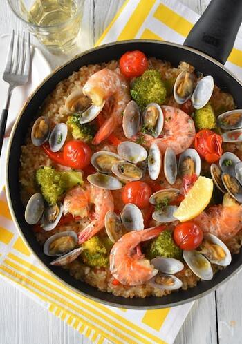 おもてなし料理にもおすすめ!華やかなシーフードパエリアのレシピ。ご飯の色付けには、ニンジンの搾りかすを使用しているため、野菜の栄養もたっぷり◎ あさりを使用するのが、旨みをアップするポイントです。テーブルに置いた瞬間、華やかさに感動してもらえそう。