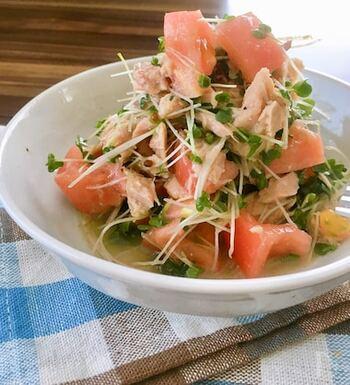 時短・簡単・節約が叶うサラダのレシピ。 レモン汁を加えることで、さわやかな一品に仕上げています。サラダの定番であるトマトとツナの組み合わせも、ブロッコリーのスプラウトを散りばめると、いつもとは違う変わり種サラダのできあがり♪