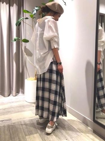 定番のチェック柄スカートは、ワードローブに加えるとさまざまなコーディネートを楽しめるアイテム。これまた定番の白シャツと合わせれば、失敗のない大人カジュアルスタイルに。ビッグシルエットのシャツなら、抜け感のある今っぽい着こなしになりますよ♪ベレー帽など小物のちょい足しで周りと差をつけて。