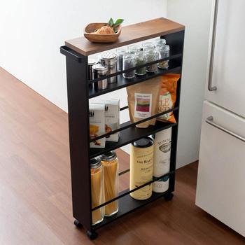 そんなキッチンにオススメなのが、こちらの幅13cmのキャスター付きワゴン。取手もついていて引き出しやすくなっています。また、何かとスペースが欲しいキッチンには、パッと物が置ける天板スペースがあるのも助かります◎