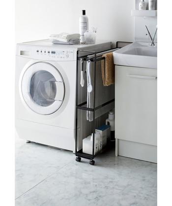 こちらは下部に洗剤などを収納できるバスタオルハンガーです。ブラシなどの小物を引っ掛けられるフックもついています。シンプルなデザインで圧迫感もありませんね*