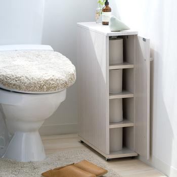 続いてはトイレの収納です。トイレでは隠す収納をしたい!という方にはこちらの商品がオススメ♪扉が付いている表側だけでなく、裏にも隠し収納スペースがあります。裏側には掃除用具など表に置きたくないものを入れるのにぴったりです。