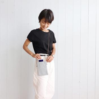 キャッシュレス決済が当たり前になると、大きな財布は不要、スマホだけあればOK…なんて日も。こんなミニサイズのポーチでスマートに持ち歩けたらおしゃれですね。