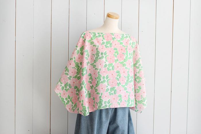 「服」を縫うのって、パーツも多いし採寸もあるし難しそう…と敬遠しがち。でも春夏シーズンの服は裏地もなくシンプルな構造が多いので、チャレンジするならこの季節が最適かも。このブラウスは「1mの布」を折って、カットするだけで作れますよ。
