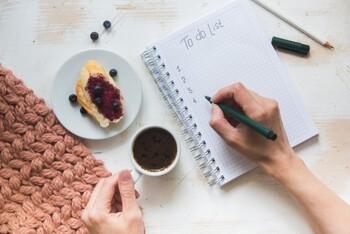 「早起きは三文の徳」と言われるように朝はいいことづくめ。朝起きたばかりは脳の状態もフレッシュで、頭の回転が速く、物事がスムーズに進みます。そのため、今日1日のスケジュールを立てたり、軽く掃除をしたり、資格取得などの勉強を進めてみたり、日中では時間がなかったり取りかかりにくいと思ってしまうことも、『モーニングルーティーン』に組み込めば、ささっとこなしやすくなります。