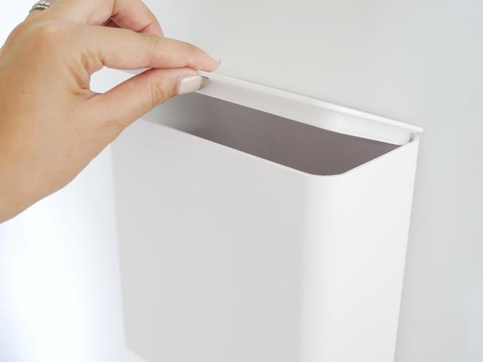 こちらのゴミ箱は、本来は「シンク扉」用ですが、ゴミ箱本体にマグネットがついているので、玄関ドアにそのままゴミ箱を設置することが可能。しかもフタ付きなので、ウイルスの拡散もより防ぎやすくなります。  マスクを入れる袋と一緒に、玄関に常設しておくと安心ですね!