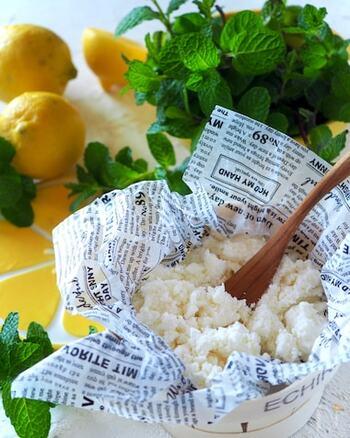 なんとおうちでもチーズが作れるんです。牛乳、レモン、塩だけで作れるカッテージチーズ。煮た牛乳にレモンを絞るだけで出来ちゃいます。キッチンで簡単に作れるなんて大人でもびっくり!どうして液体だった牛乳が固まり、チーズに変わるのでしょうか。牛乳の成分のたんぱく質は熱や酸を加えることにより性質が変わり、固形になるのです。味はくせがなくあっさりめ。サラダなどに合います♪