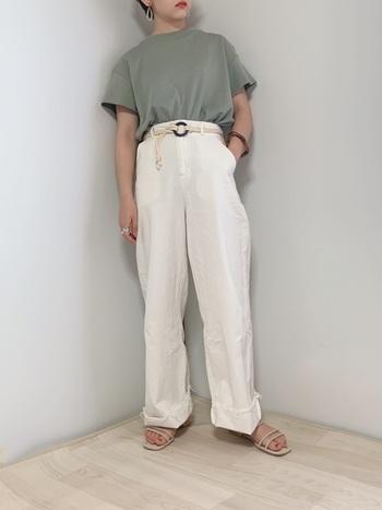 ホワイトはどんなカラーとも合わせやすいのも魅力のひとつ。トレンドのくすみカラートップスとも、もちろん相性抜群。ロープベルトの小粋なアクセントをプラスすることで、ワンランク上の着こなしに。
