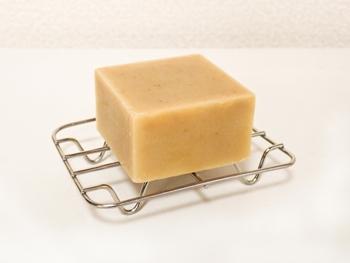 基本的に浴用石鹸は溶けにくく作られてはいますが、お気に入りの石鹸をより長く使うためには、使ってそのまま放置…は避けたいところ。使用後は泡をよく切って、ソープホルダーなどを使って水気が残らない状態で保管するようにしましょう。