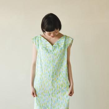 襟の形が特徴的なワンピースは、驚くほど簡単に縫えるのに個性的なかわいさ!