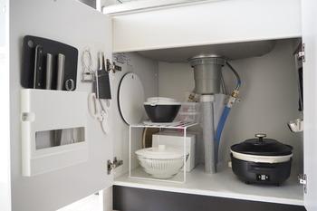 キッチンの扉裏には、もともと包丁の収納が設置されていることもあると思いますが、残ったスペースにフックをつければ、ハサミ、ピーラー、おろし金など、キッチンには欠かせないアイテムがまとめて収納出来ちゃうんです。サッと取り出せるのも便利なポイントですね。