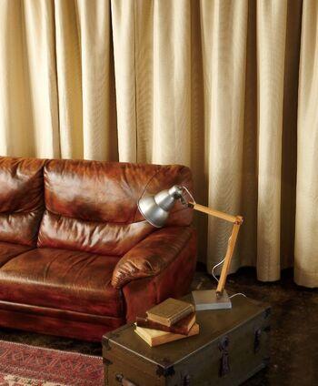西日が入る部屋は陽当たりが良いというメリットも感じるけれど、夏場はとにかく暑くて熱がこもりやすいのが難点。何の対策も取らないと、カーテンだけでなく家具も変色してしまうこともあります。西向きの部屋はたっぷり生地を使った遮光機能付きのドレープカーテンがおすすめ。ただ、遮光機能が高すぎると外からの光が入らず、暗く感じる場合もあるので気をつけて。お部屋のトーンに合わせて、カーテンの色を明るくするなど、調整しながら選びましょう。