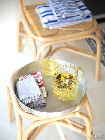 ゴクゴクっと冷たい飲み物が気持ちいいこの季節。ただの水も素敵なガラス製のピッチャーに入れるだけで、気分がグンと上がります。イッタラのフルッタは果物柄がポップでとても可愛い。ミントやローズマリー、お好みのハーブを入れたレモンウォーターの美味しさ!夕暮れ時には、白ワインでサングリアを作って、'おつかれさま'の一杯はいかが?