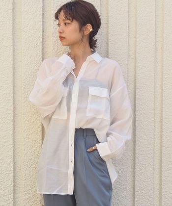 1枚は持っておきたい、今季大注目のシアー素材シャツ。さらっと着られて、トップスとしてもインナーの羽織りとしても使える汎用性の高さが魅力です。大きめサイズは、ボタンを途中まで閉めて、片方の裾をタックインするとこなれた印象に。