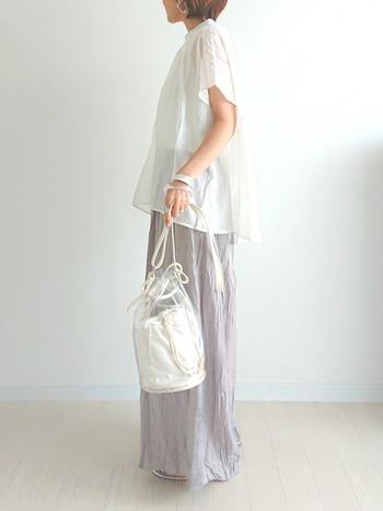 白のブラウスに、ワッシャー加工が施されたスカートをON。ライトグレー×ホワイトコンビの淡いトーンでまとめるだけで、清潔感のあるフェミニンなルックに。クリアバッグで清涼感をプラスすれば、季節ムードもアップします。