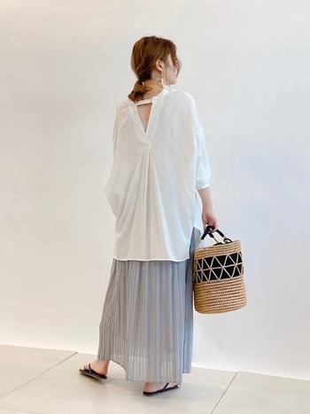 白シャツにライトグレーのプリーツスカートをあわせたスタイリング。定番で使いやすい白シャツも、バッグスリット入りで上品に肌見せすれば、ちょっぴりセクシーな雰囲気に。トップスで作った女性らしい雰囲気を崩さないためには、エアリーなプリーツスカートをセレクトするのが正解です♪