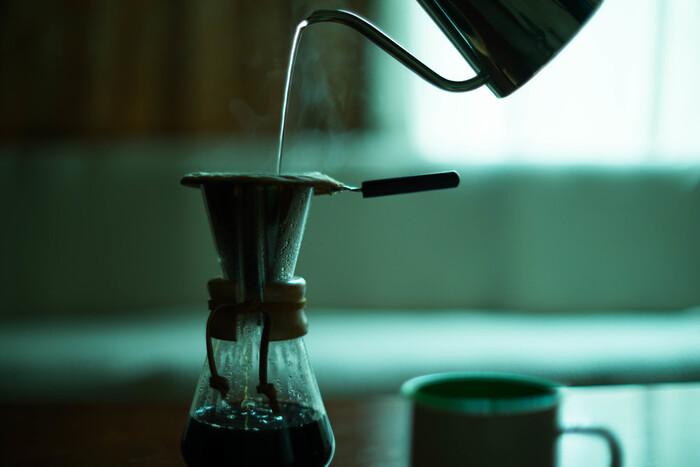 サイフォンコーヒーのフィルターは、丸くて穴の空いたステンレスのプレートに、ネル(ろ過布)を取り付けてできます。ネルは、ネルドリップコーヒーに使用されるものと同じ素材。ネルの毛羽立ちなどがコーヒーの油分を十分に吸ってくれるので、スッキリとした味わいになりますよ。