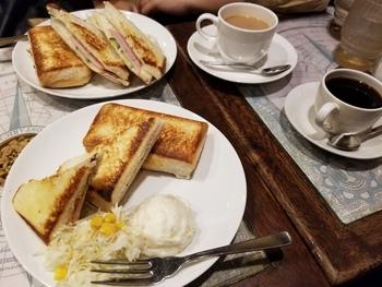 目白駅前にある「伴茶夢(ばんちゃむ)」は、昭和の香りが漂う喫茶。懐かしい雰囲気の中でいただくのはサイフォンコーヒーとお店自慢のホットサンドです。本格コーヒーなのに価格がリーズナブルなところも魅力。