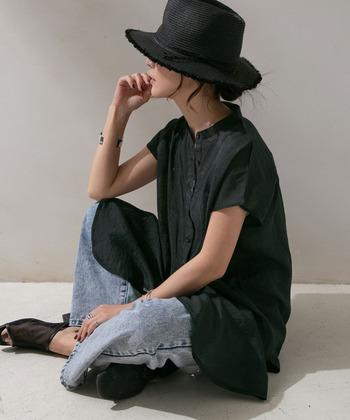 こちらは、先に紹介したシアーシャツのカラー違い。黒にすることで、ぐっとクールでハンサムな印象になりますね。ドレスアップしすぎないように、ボトムスにライトデニムをレイヤード。こなれた雰囲気が素敵です!