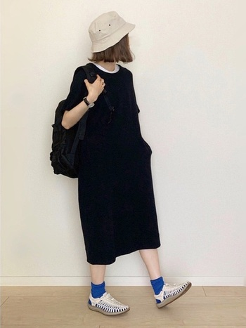 トレンドアイテムとして人気が出ているTシャツワンピは、バケットハットと相性抜群!モノトーンでも素敵ですが、足元にカラー靴下をプラスしてアクセントを付けても可愛いですね。